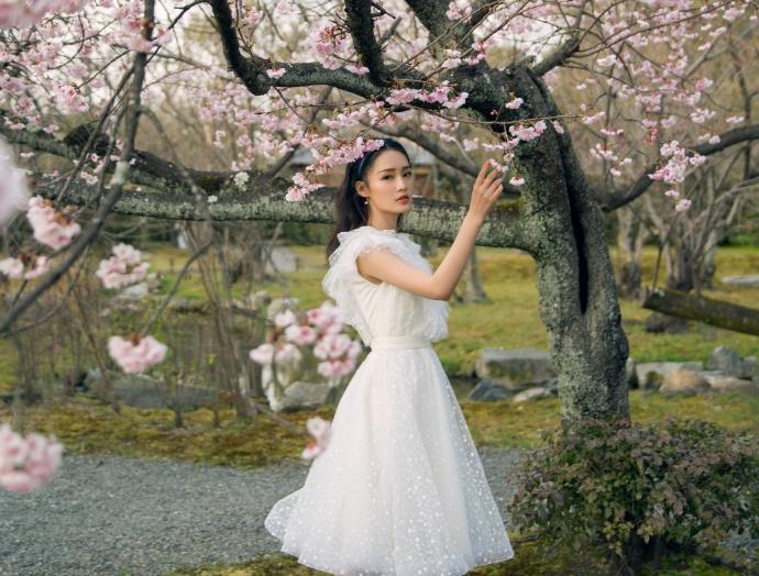 花仙子!李沁身穿白色纱裙与花树合影
