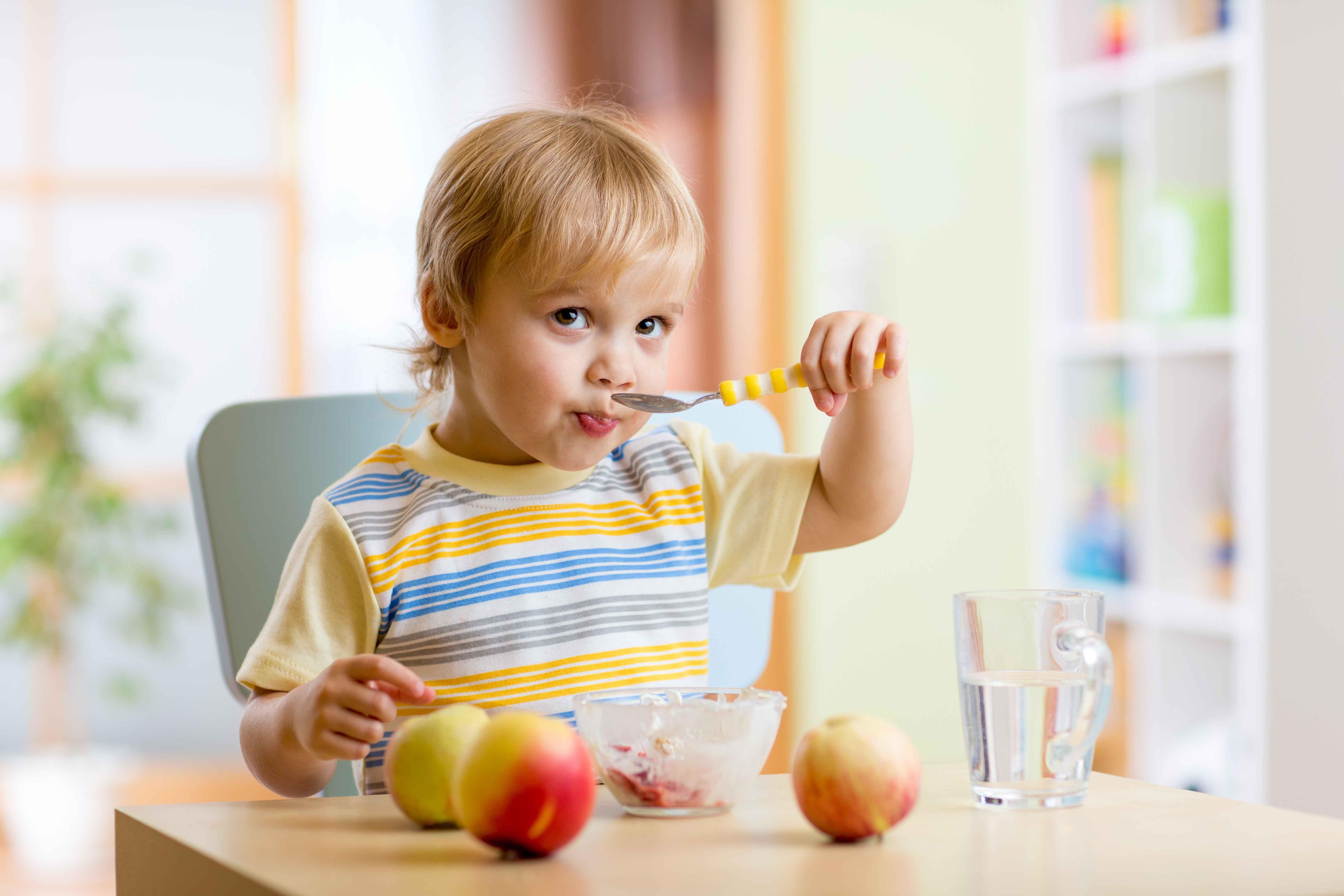 小孩发烧能吃水果_宝宝辅食黑名单! 一岁以内不能吃这些食物,父母切记!_影响