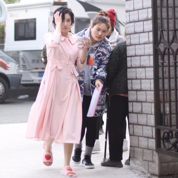阚清子的路透照,一条粉裙穿成胖大妈,跑起来腰没了!