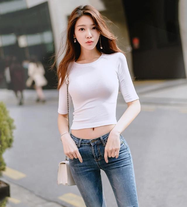牛仔短裤美少女_街拍让男人没有抵抗力的长腿牛仔裤美女,性感苗条,喜欢请带 ...
