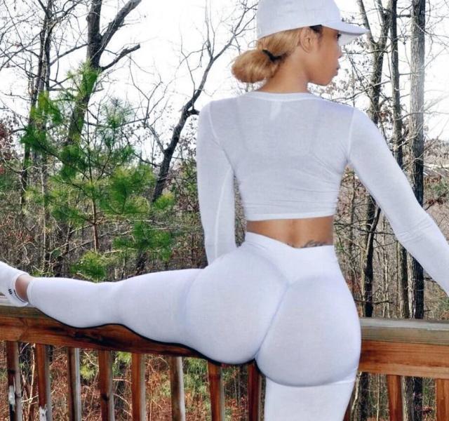 好身材都是在健身房打造出来?她在家练瑜伽3年,身材曲线很完美