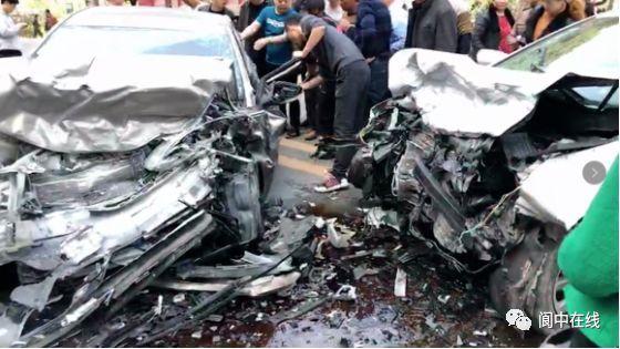 昨天下午,阆中212线附近发生严重车祸,现场一片狼藉!