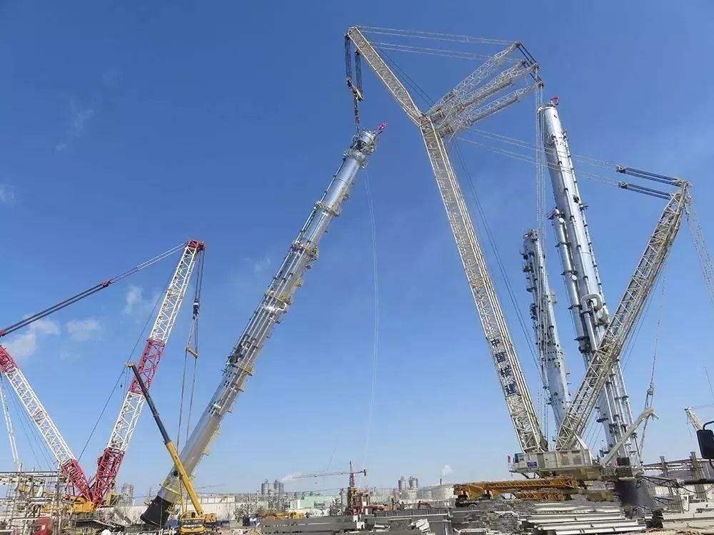 德马格3200吨 利勃海尔1350吨起重机双机抬吊,103米大型设备顺利吊装就位