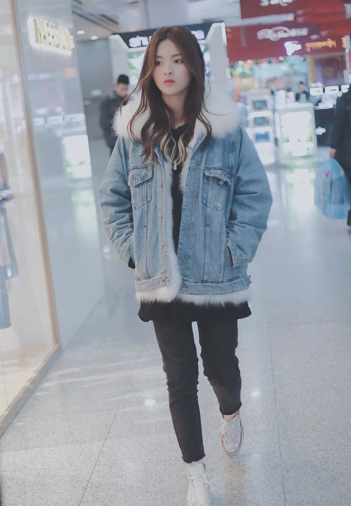 杨超越素颜现身机场,穿牛仔夹克搭配打底裤,既保暖又时尚!