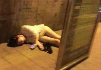 搞笑GIF:看到一個喝多的妹子,躺在馬路上玩手機
