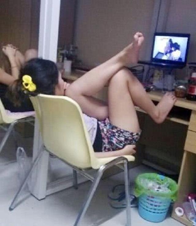 爆笑GIF圖:妹子,你這是看的什麼電影,竟然讓你擺出瞭這個姿勢_何求
