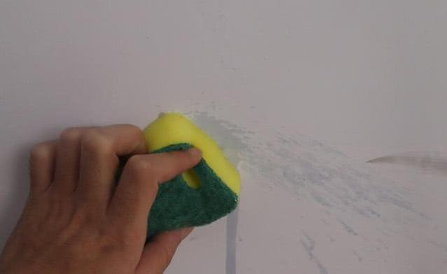 白墙脏了切记不可用水擦!保洁阿姨教你一招,墙面立马焕然一新!(图3)