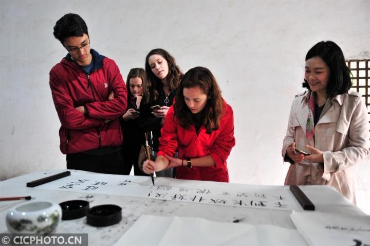 美国大学生感受中国传统文化魅力