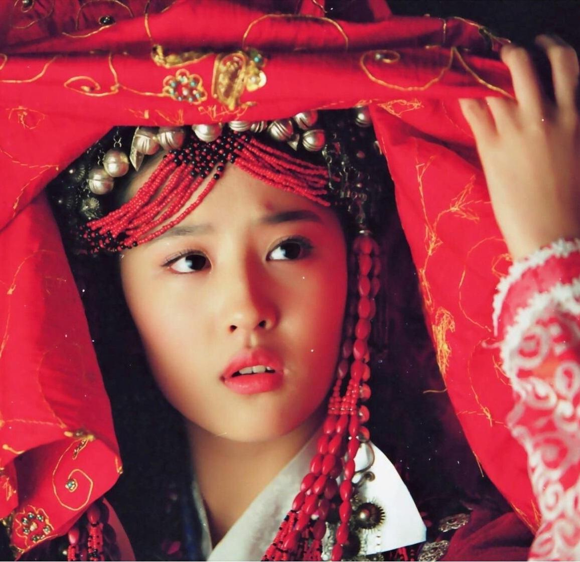 古装新娘掀起红盖头 杨幂娇羞,热巴美艳动人,最经典的是她