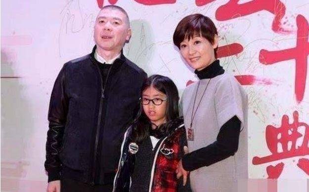 冯小刚和徐帆的女儿_冯小刚徐帆罕见带养女现身,徐朵穿着普通一双大长腿太抢眼_女儿