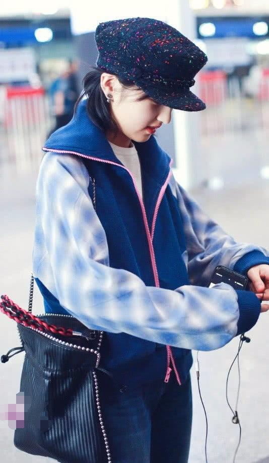 给脖子系围巾算什么,张子枫居然在脚上系围巾?难怪显瘦10斤!