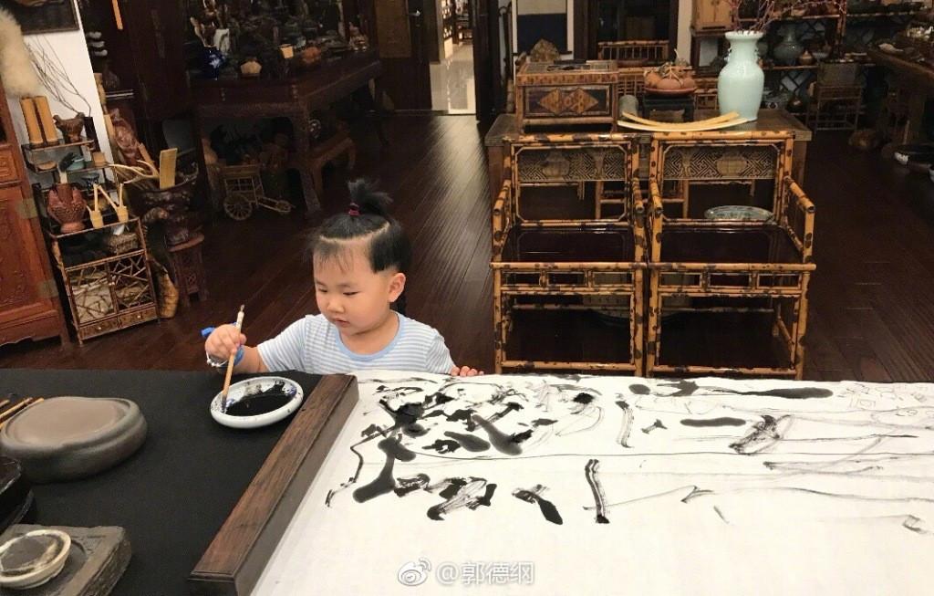 郭德纲4岁小儿子穿东北大花衣神似郭德纲,戴的手镯壕过王诗龄 作者: 来源:不八卦会死星人