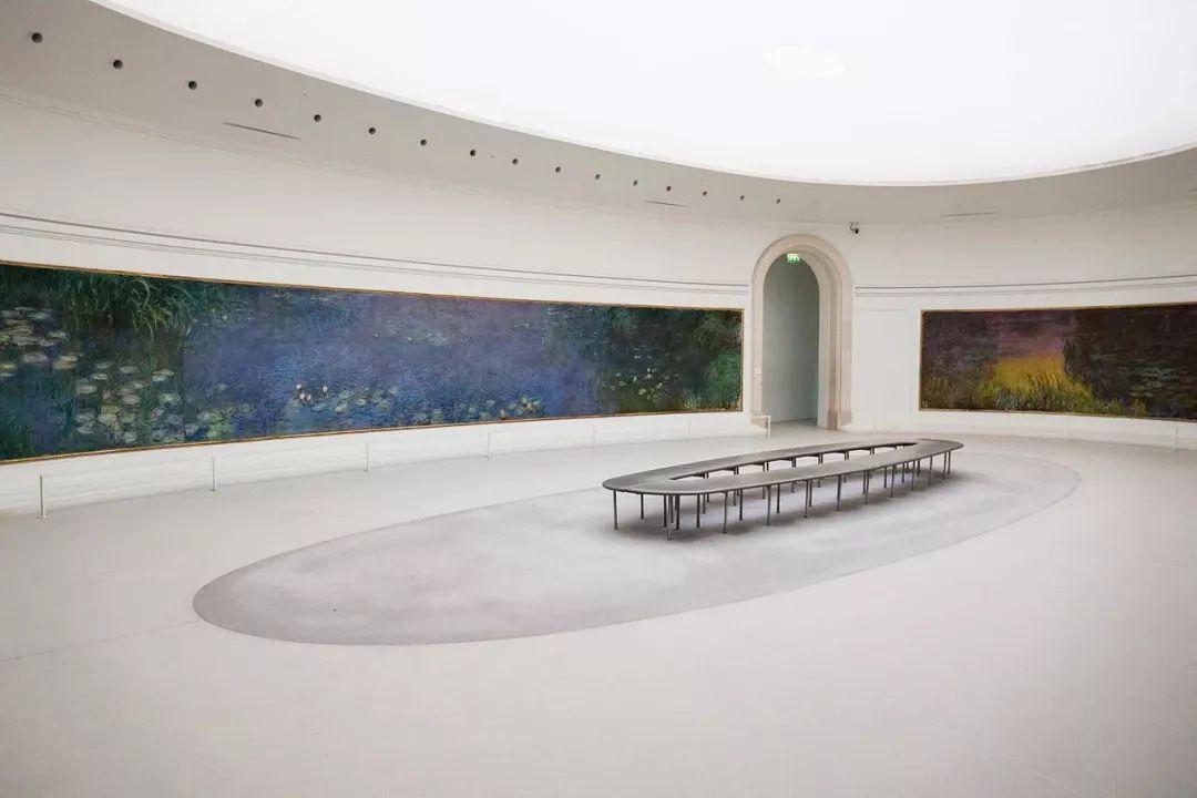 《午夜巴黎》中, 大家在欣赏橘园美术馆的镇馆之宝 整整一个房间的图片