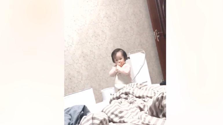 萌娃一直不願睡,爸爸一出聲立馬去睡覺,網友:老爸厲害