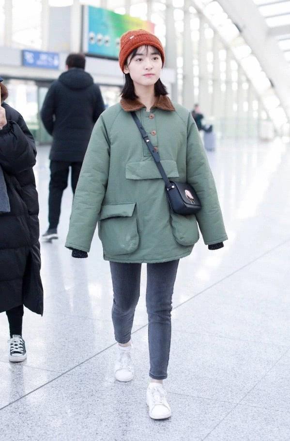 沈月这次穿的衣服显得很滑稽,上衣是一件军绿色的大棉衣,棉衣的款