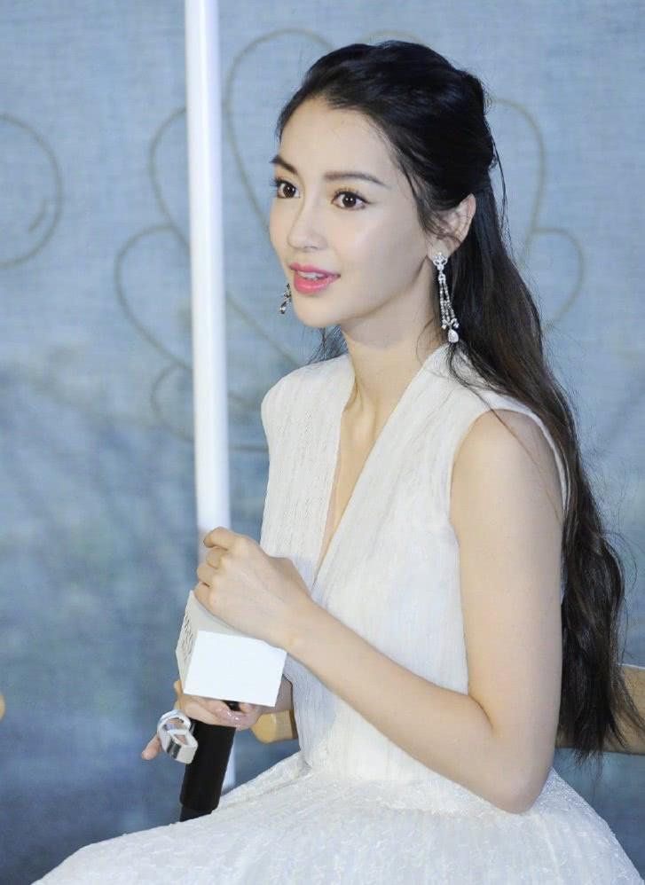 杨颖太敬业了,手戴固定钢板出席活动,穿白裙美到?#21916;?#20986;!