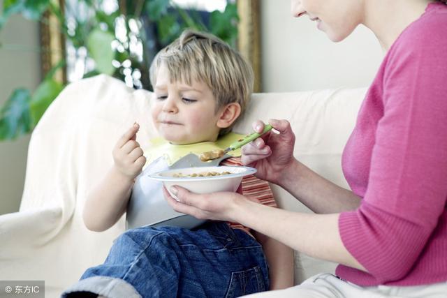 过早地吃辅食,可导致蛋白质摄入不足、影