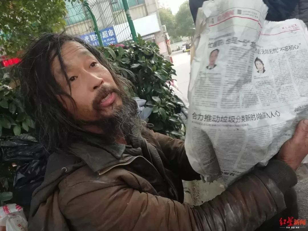 """上海街头""""流浪大师""""遭围观,竟是复旦高材生?背后的真相是..."""