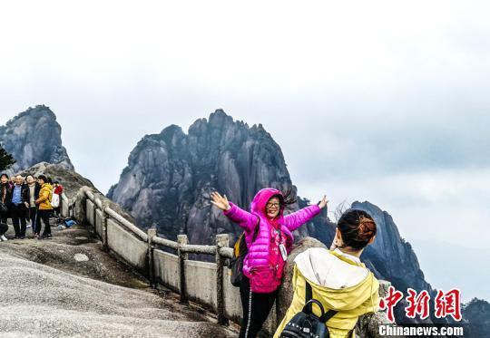 安徽黃山最高峰蓮花峰開放迎客_游客