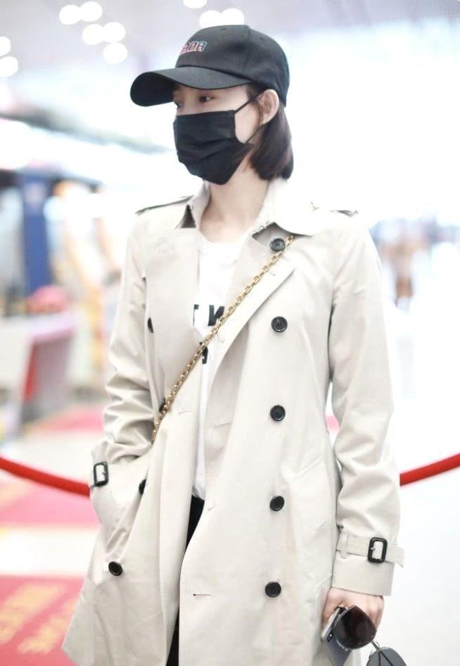 王丽坤初春现身机场,风衣帅搭配帅气十足,黑色裤子更显腿长