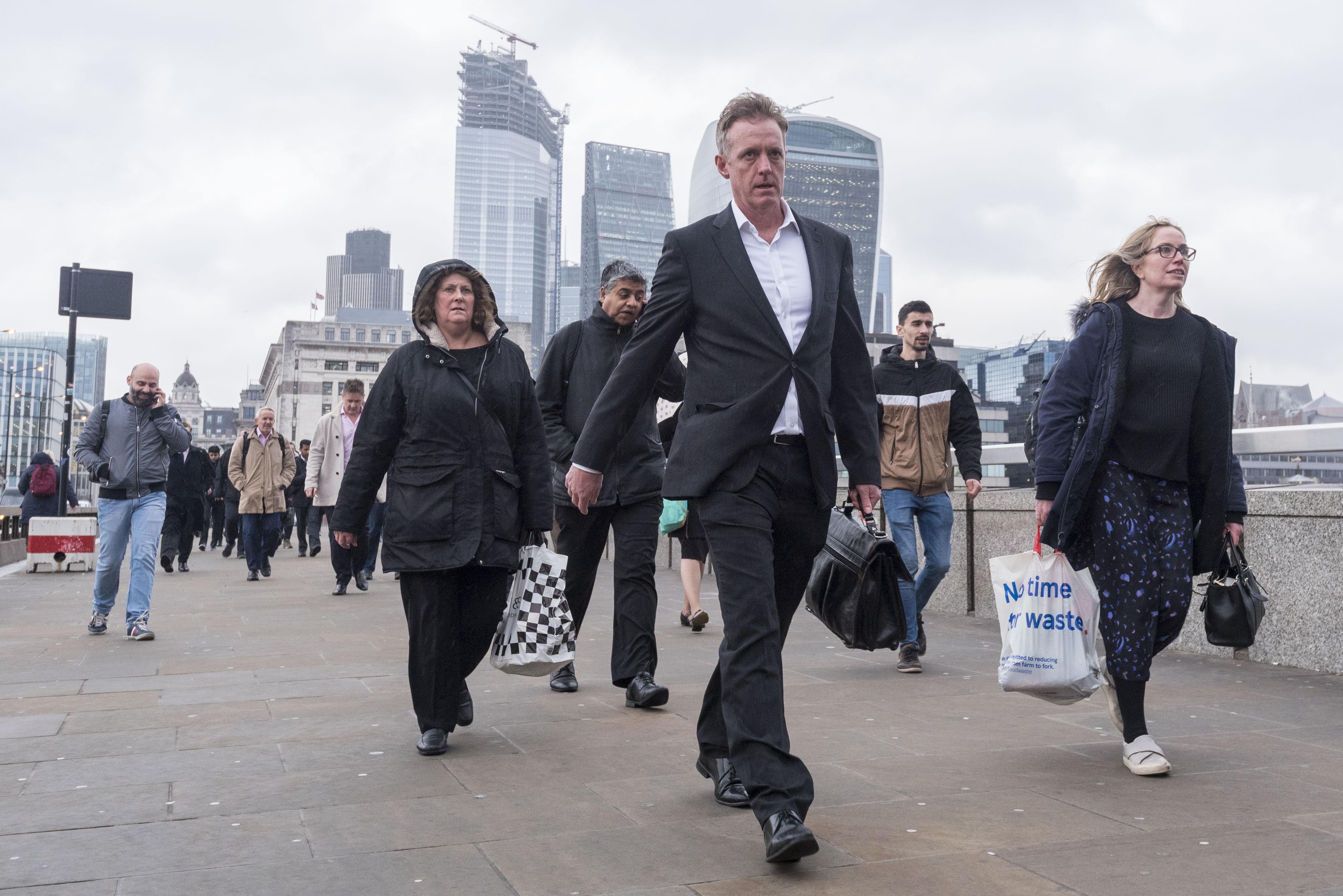 """安永称""""脱欧""""导致金融服务业约万亿英镑资产撤离英国"""