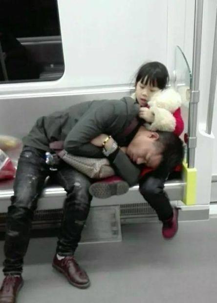 爸爸太累趴在女兒腿上睡著了, 依然不忘守護女兒, 網友: 父愛如山