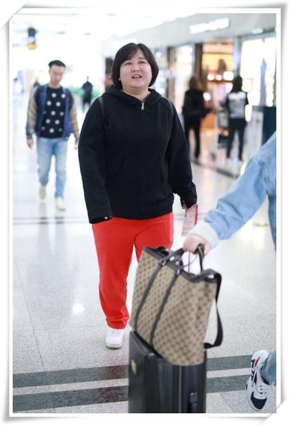 贾玲又双叒胖啦!脸和脖子都连成一体了,36岁的年龄,56岁的身材