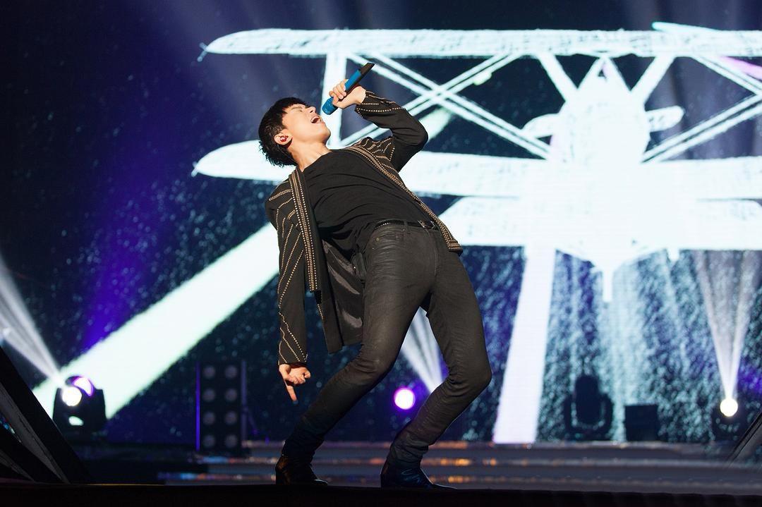 岳云鹏参加张杰演唱会被误认为保安,观众:这位保安好严肃!