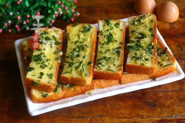 香蒜面包条,金黄酥脆,蒜香扑鼻,营养早餐简单几步就能解
