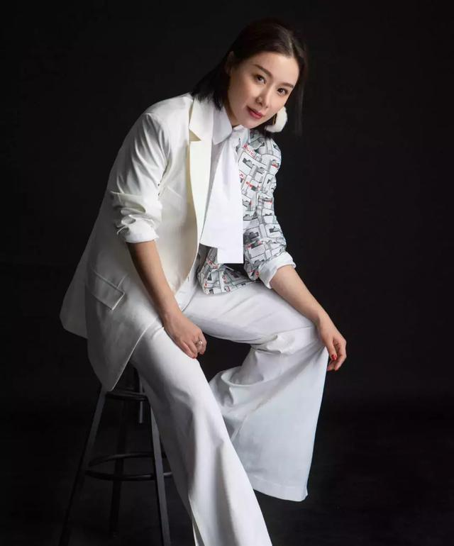 姚芊羽登时装杂志脸部僵硬不似以往清纯,这些年她经历