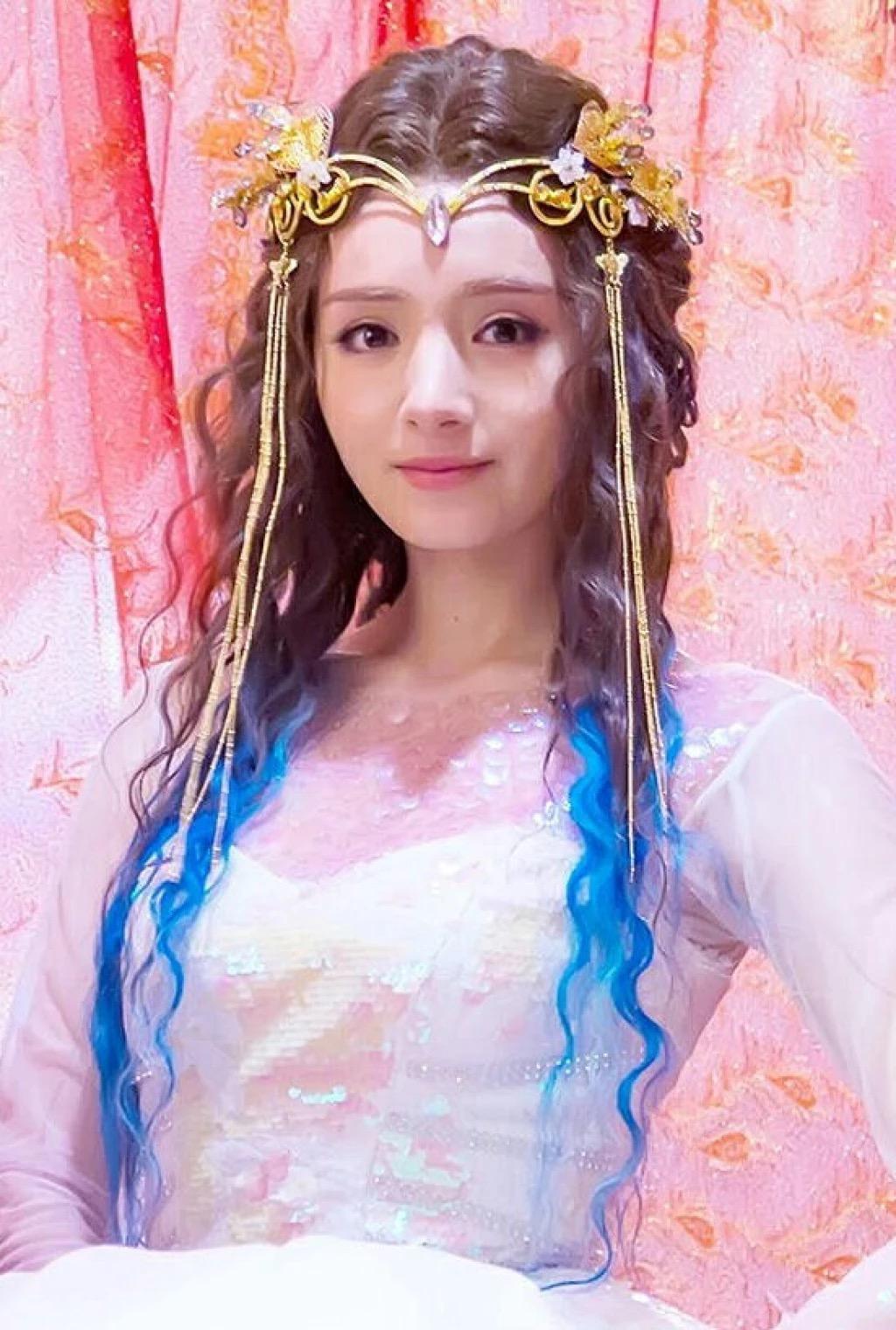 新疆女星之中麦迪娜颜值也高,可偏偏就是在娱乐圈发展一般