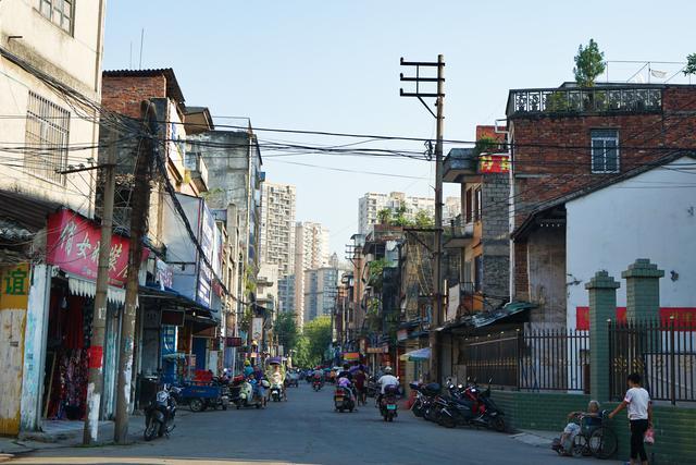 广西有条避世的骑楼老街,一半是童年小吃,一半是80年代