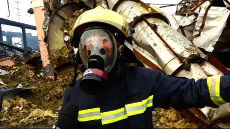 江苏响水爆炸事故现场 一名生还者被困40小时后获救