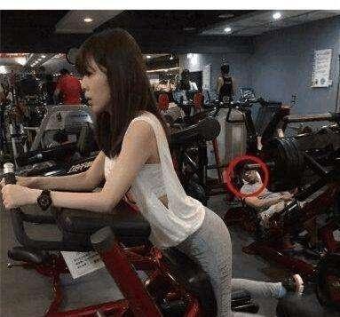 搞笑GIF:后面那位大哥,能好好健身嗎,別再看了
