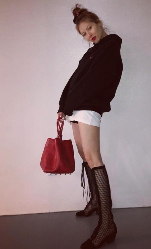 金泫雅的丝袜鞋厉害了,脱了能当袜子,穿上能变鞋?省钱又时尚!