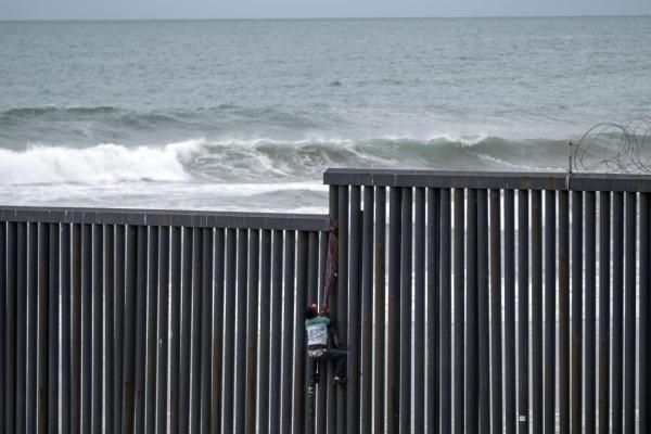 107名中美洲移平易近诡计不法入境美国,遭墨西哥警方阻挡拘留收禁