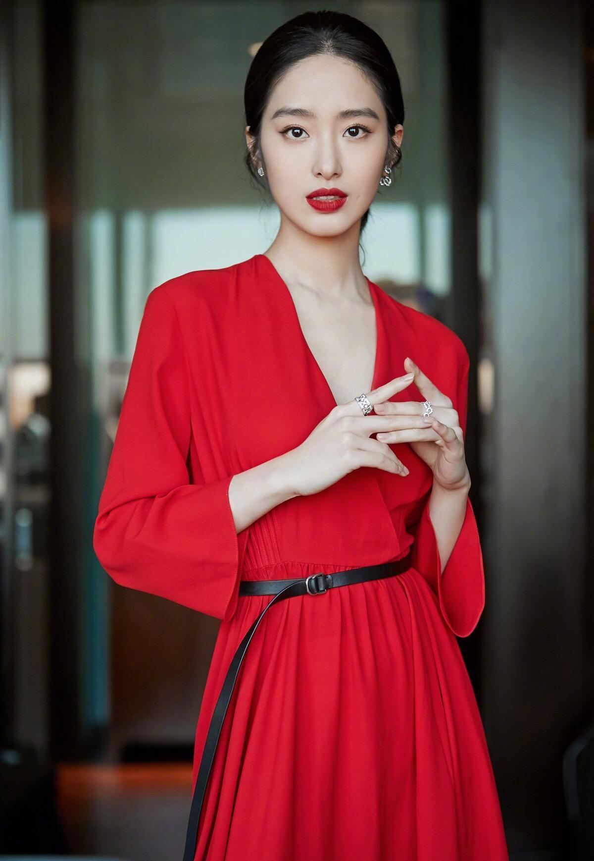 杨采钰刚取代刘亦菲演女主,在拉萨和陈金飞被偶遇,又被曝已结婚