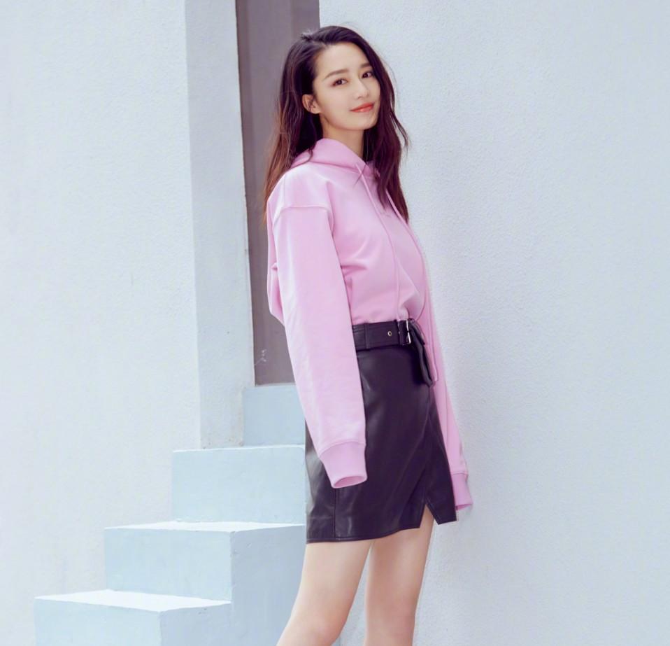 28岁李沁太时髦!粉紫卫衣配小粉鞋,穿成00后少女的教科书