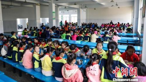 """4月新规:多行业迎减税""""红包""""中小学要建立陪餐制"""