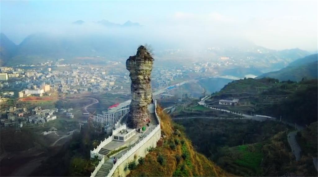 云南罕见奇观,18米高的奇石立在山顶千年不倒,远看像个巨人
