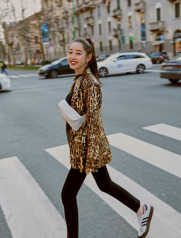 蒋梦婕金色豹纹外套酷到没边,但她的包才是点睛之笔,帅气给满分