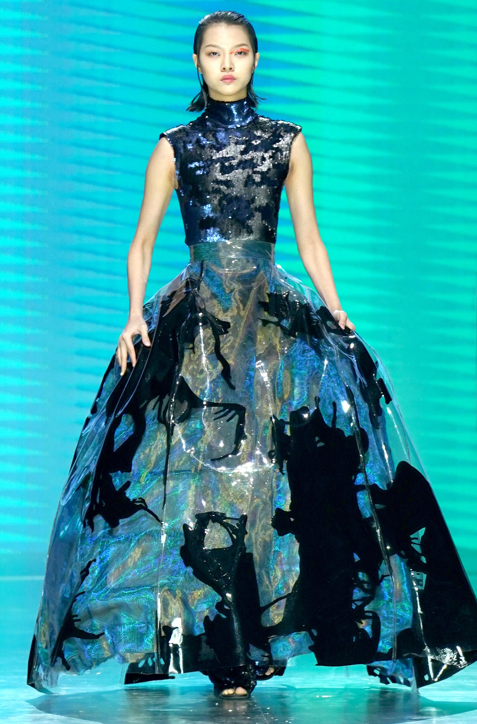 北京,2019年3月25日 中国国际时装周拉开帷幕 3月25日,模特在开幕式上