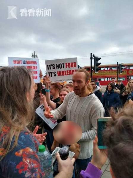 男子抗议英国推广素食游行 万人面前啃