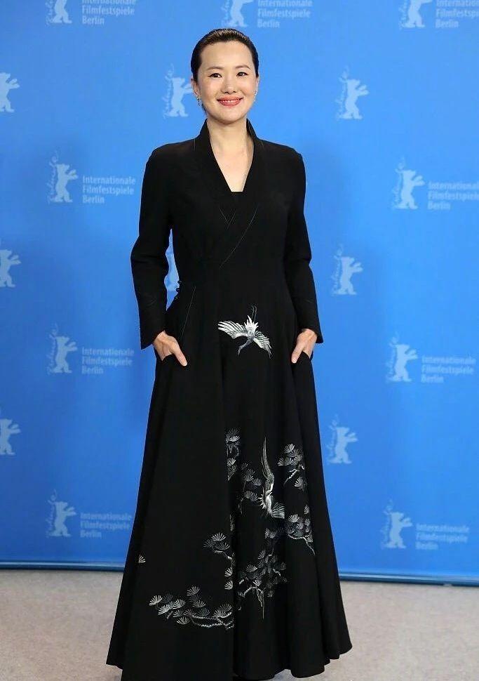 第三位华人柏林影后,50岁穿黑裙端庄贤淑,微博粉丝却只有5万图片