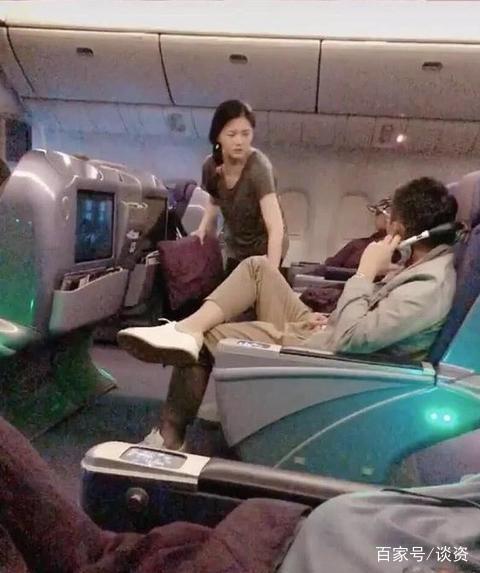 大S在飞机上拿着抱枕不顾形象指点,汪小菲吓得立马拿掉耳机听训