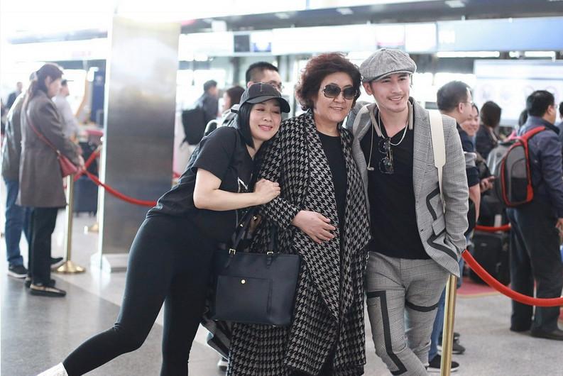 婆婆一旁推行李,钟丽缇却空手与老公秀恩爱,两人疑造人成功?