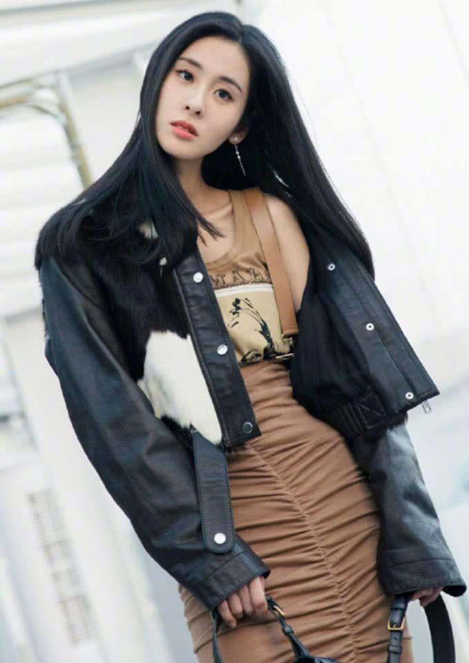 张碧晨这款裙装不仅不遮肉,还有女神既视感,不是一般人能驾驭