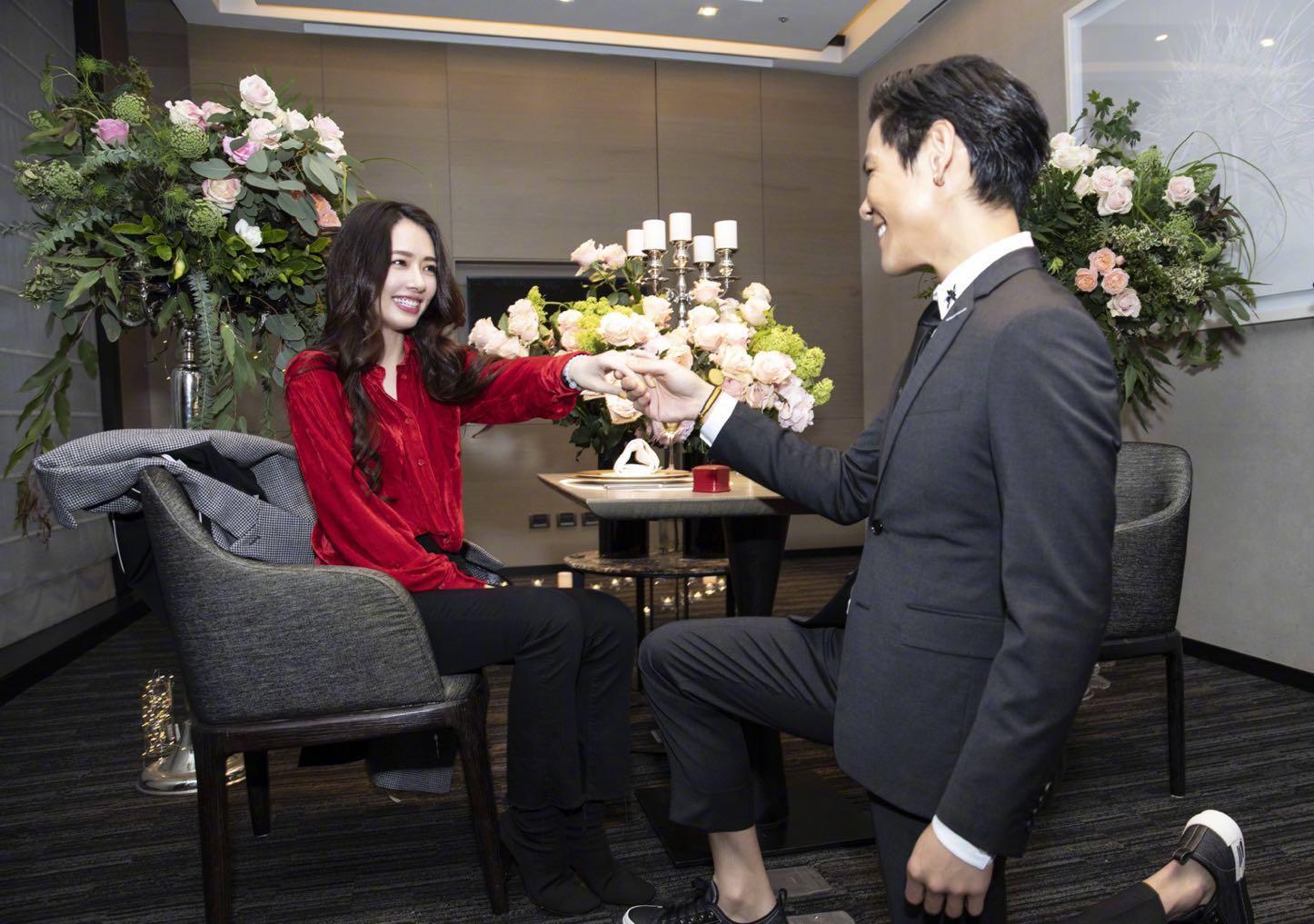 向太发微博承认向佐求婚郭碧婷,感谢大家的祝福,求婚场面狂撒糖