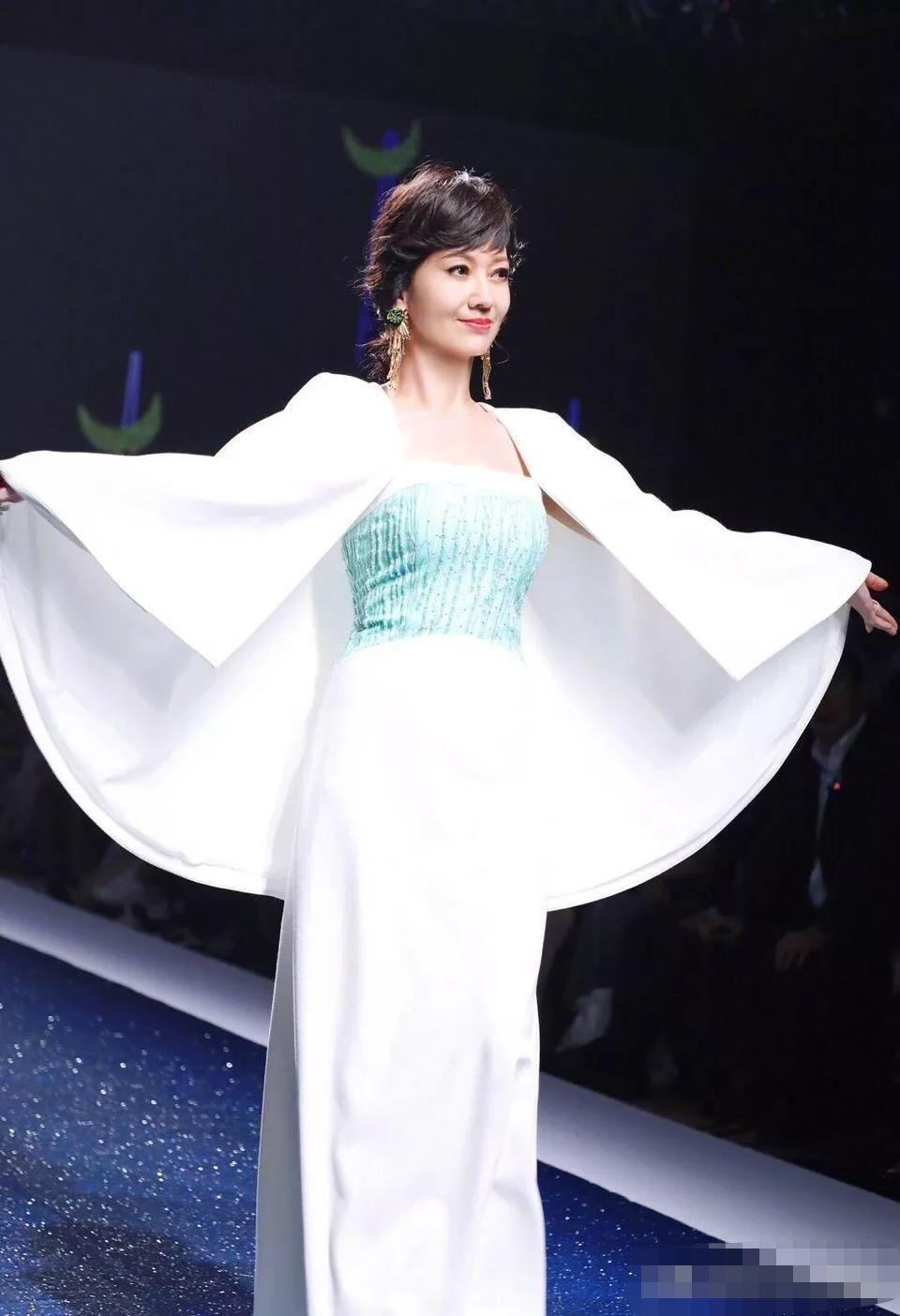 64岁赵雅芝穿白袍T台走秀,美回白娘子,体态优雅不输超模!