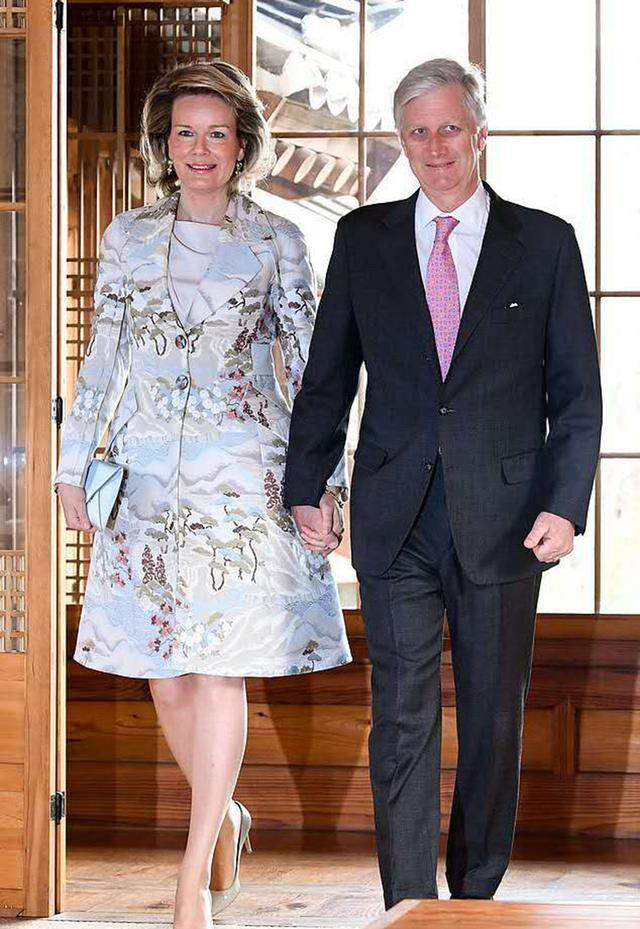 比利时王后才是王室的典范,印花大衣搭配细高跟,清新与优雅并存